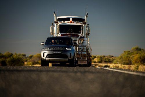 """Land Rover Discovery"" vilko 110 tonų svorio priekabų vilkstinę"