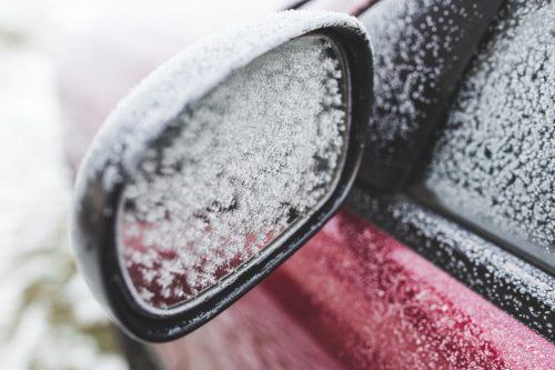 Pasiruošimas pirmajam sniegui: atvėsus orams vairuotojai suskubo rūpintis automobiliais