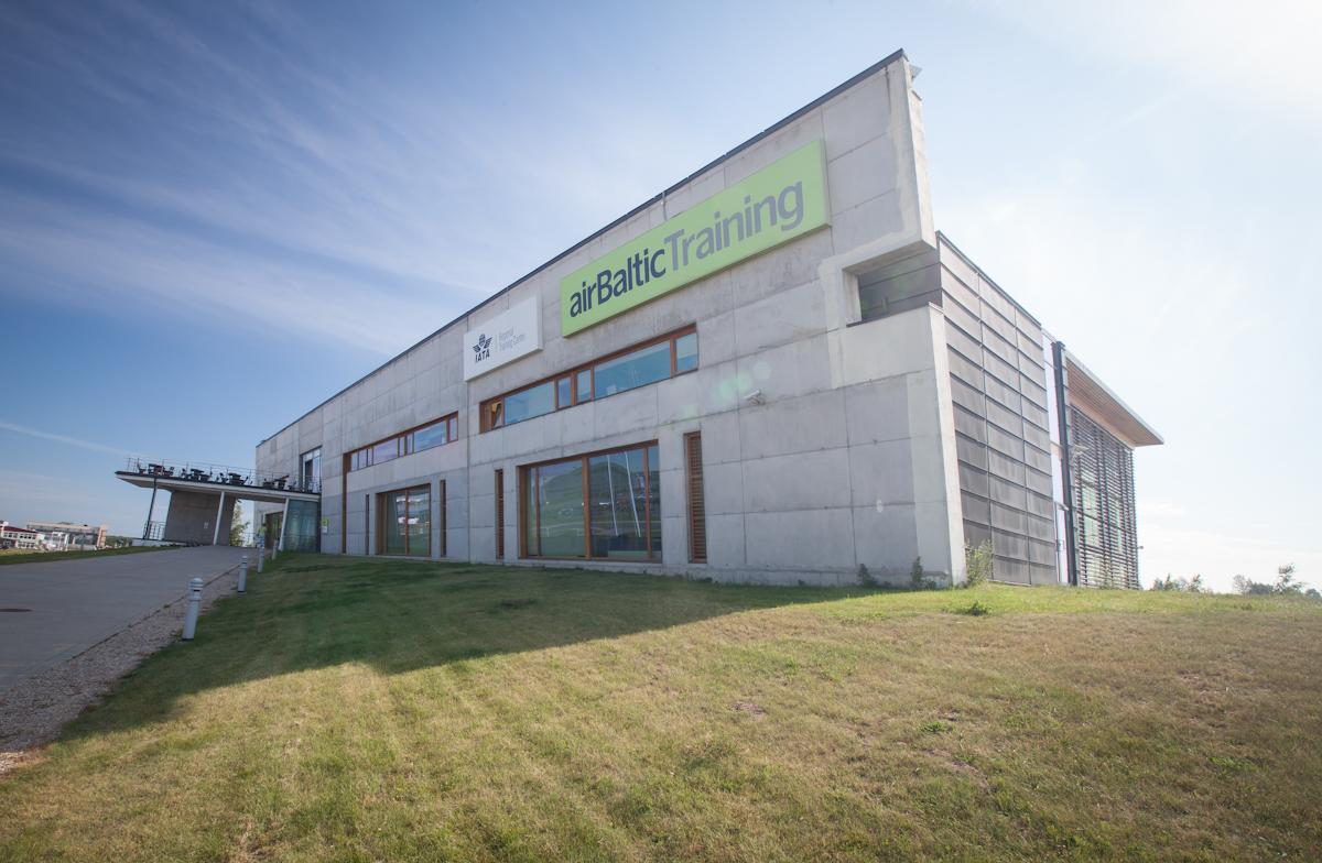 """""""airBaltic"""" Pilotų akademija pradeda paraiškų į rudens grupę priėmimą"""