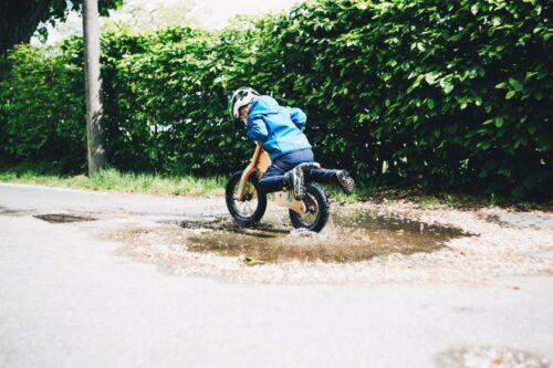 Vaikų kelionę dviračiu ar paspirtuku gali lydėti ir nelaimių pavojus: ką turėtų žinoti tėvai?